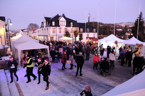 Det var godt med folk under fjorårets julemarked i Storgaten.