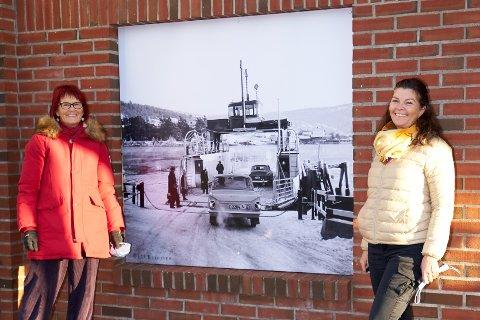 Unni Henning og Kristin Lier Jensen med et av de gamle bildene som nå pryder Bjørnstad-bygget i sentrum.
