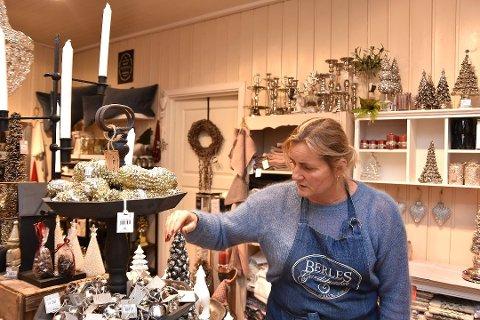Gro Berle fra Berles Gårdsbutikk forteller at de selger like mye interiør som mat.