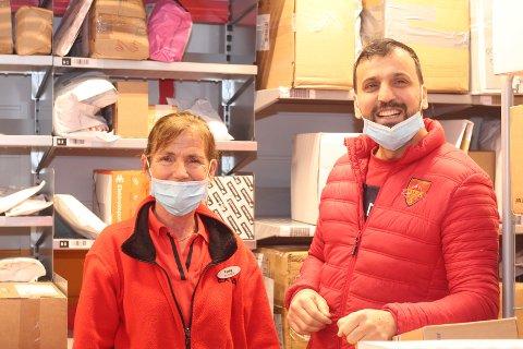 Fanny og Abdul Jalal Muhammad hos Coop Extra i Svelvik forteller at folk har vært flinke til å hente pakker, selv om det er fullt i hyllene. NB: Munnbindene ble flyttet på i anledning bildet – de bruker det riktig ellers.