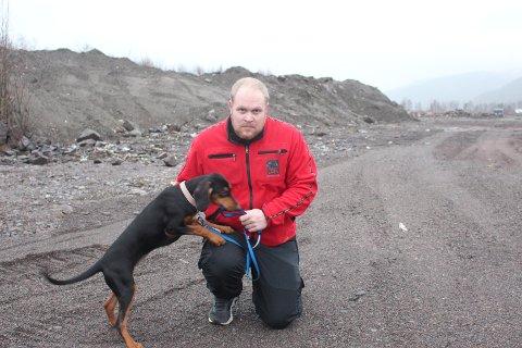 Andreas Lundgård sammen med valpen Iga. Hunden han pleier å ha med seg på søk heter Paris.
