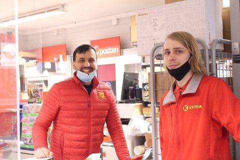 Abdul Jalal Muhammad og Robin Hansen på Coop Extra i Svelvik. De faste ansatte får 10 000 kroner i julebonus fra kjeden som takk for hjelpen.