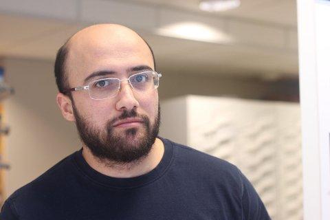 Mahmoud Aburayya ved Boots apotek i Svelvik sier at smittevernreglene har hjulpet mot mer enn bare korona.