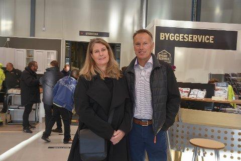Anette Eknæs med mannen Ivar Jørgensen på åpningen av Montér i Svelvik næringspark. Ekteparet eier 25 prosent av selskapet som står bak parken - Svelvik utvikling AS.