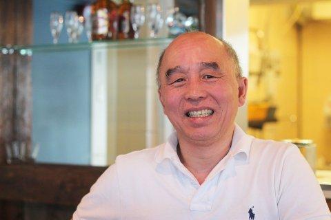 GLAD MEN TRIST: Tien Huy Nguyen er glad over å ha fått tilbake skjenkebevillingen raskt, men er trist over ha måttet permittere sin eneste ansatt utover ham selv og kona.