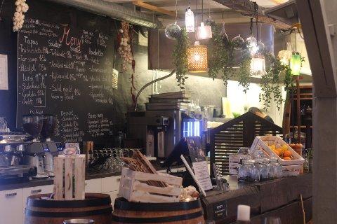 Café Jebsen i Fossekleiva har smilefjes på døra. Det har de øvrige spisestedene i Svelvik også.