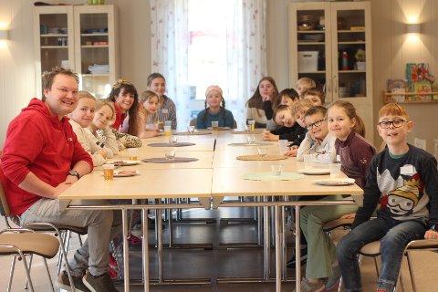 Før dagen startet skikkelig, spiste barn og voksne frokost sammen.