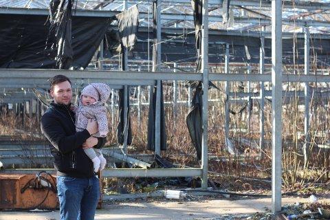 Simen Nisja, kjæresten og kompisen ville starte lagerutleie langs Strømmveien. Her sammen med datteren da Svelviksposten snakket med ham i februar 2020.