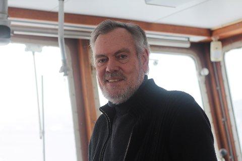 Kaptein på Svelviksund, Gulleik Svalastog, blir ikke ensom i styrehuset. Han trives i sitt eget selskap.