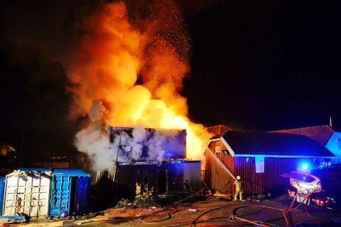 Dette kan bli den nye hverdagen til en av de 15 som har søkt på stillingen som brannkonstabel i Svelvik. Her fra en brakkerigg-brann ved Svelvigen brygge tidligere i år.