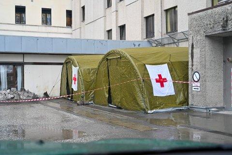 Forsvaret satte opp to telt utenfor akuttmottaket.