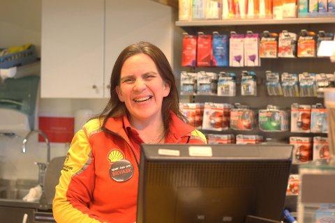 May-Britt Larsen jubler for at Shell Svelvik endelig går tilbake til normale arbeidstider.