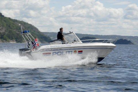 KONTROLLERER GRENSA: Politiet er ute både på sjøen og i lufta i påsken for å kontrollere båtfolket og grensa inn til Norge.