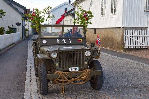 Rune Grøneng fra Svelvik var ute på tur i sin festpyntede jeep i Svelvik sentrum i fjor. Han blir dessverre ikke å se i år.