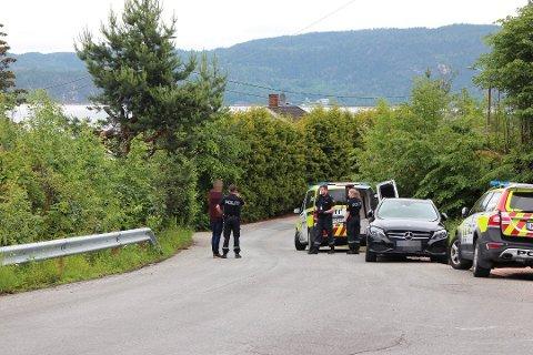 VÆPNET AKSJON: Da mannen ble tatt i å kjøre i 110 kilometer i timen på Svelvikveien i fjor, stakk han inn i skogen med en øks. Det førte til en stor, væpnet aksjon, og mannen ble pågrepet uten dramatikk en drøy time senere.