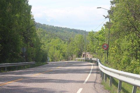 Like ved 60-sone-skiltet gikk den gamle kommunegrensa på Svelvikveien.