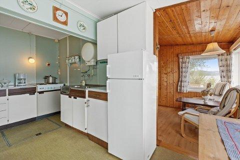 Kjøkkenet er av det eldre slaget, og hytta er preget av furu.