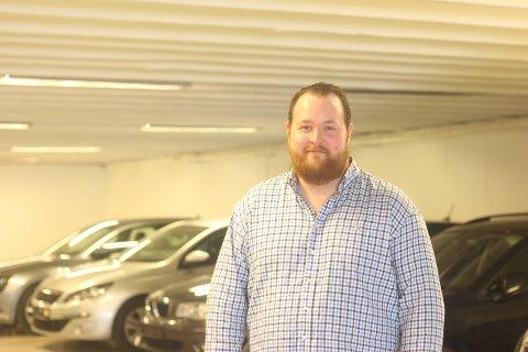 Bent André Steen jobber i bilbutikken faren startet opp for mange år siden.