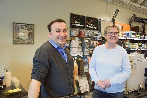 Giuseppe Salomone og butikksjef Lillian Langaard ved Vinmonopolet i Svelvik.