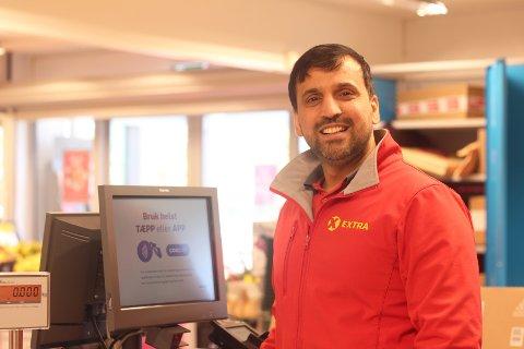 Abdul Mohammad hos Coop Extra Svelvik er strålende fornøyd med å trolig nå et kanonår med butikken.