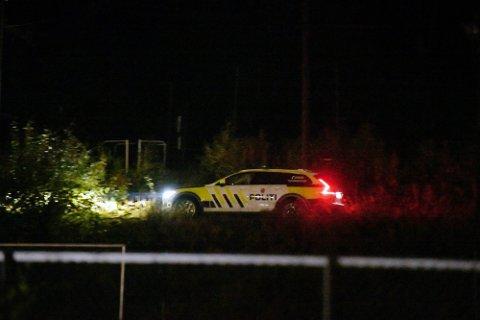 LETTE I SVELVIK: Politiet og Rødekors lette etter en savnet person i Svelvik.