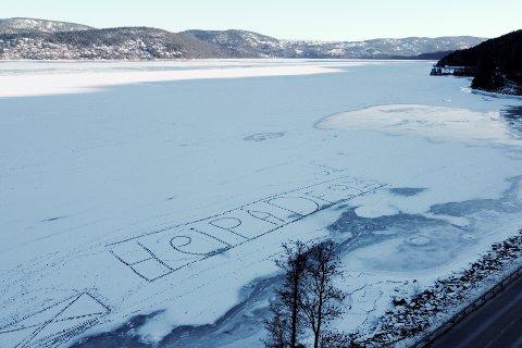Ute på isen ved Juve har noen hatt det gøy.