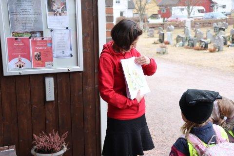 Nina Howden og barna studerer tegningene.