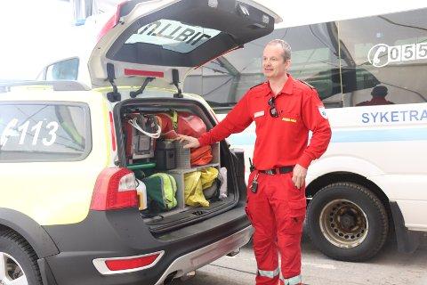 Vegard Rosenlund viser fram utstyret i akuttbilen.