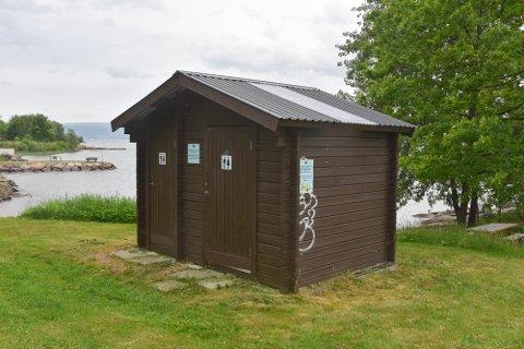 Ett av kommunens 16 offentlige toaletter står i Tangen fjordpark. Det åpnes ikke før til sommeren.