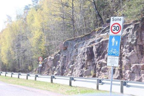 Her er det gang- og sykkelsti, men det er lov for biler å kjøre her. Nå skal kommunen gjennomgå skiltingen i Åsgaten.