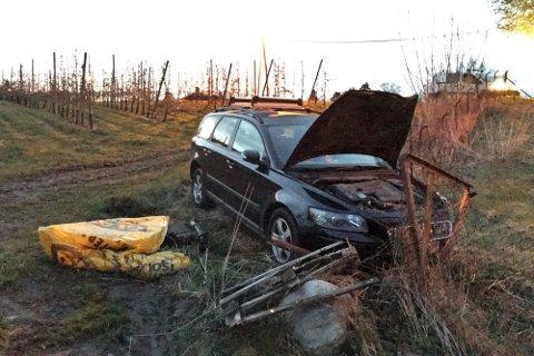 Bilen endte til slutt ferden her. Da hadde den meid ned rundt 20 epletrær i hagen til Harald Inge Sand.