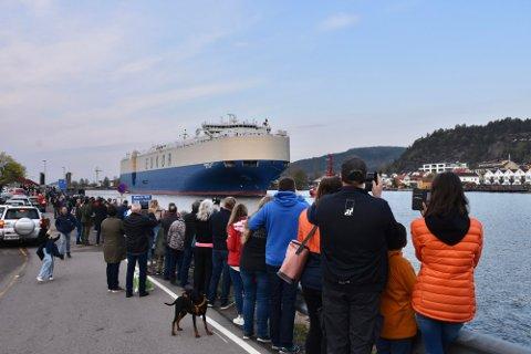 Både i Svelvik sentrum, på Batteriøya og på Verket (bildet) stimlet folk til strømmen for å se gigantskipet.