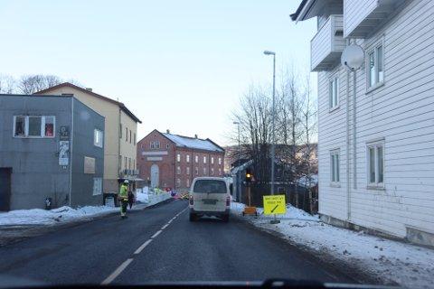 Langs Svelvikveien på Tangen jobbes det om dagen. Støyen plager naboer.