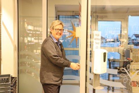 Daglig leder hos Vinmonopolet i Svelvik, Lillian Langaard, forteller om stabilt godt salg i sommer.