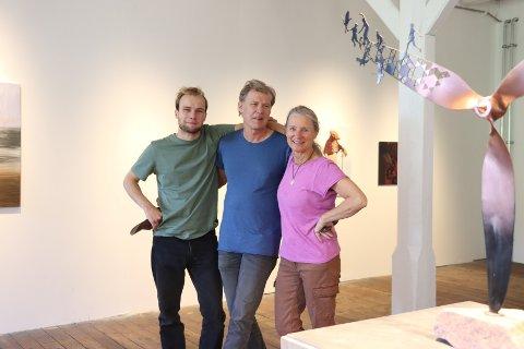 Aksel Langum Øien, Hans Martin Øien og Runi Langum er klare for fredagens åpning av utstillingen i Fossekleiva.