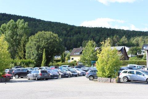En full parkeringsplass betyr at det er flere på jobb enn de som er på selve fabrikken.