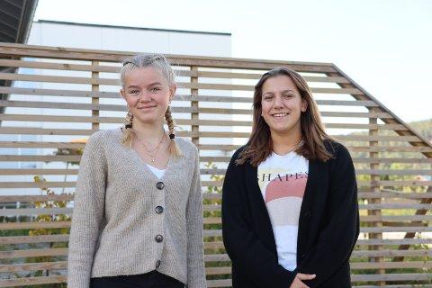 De to tiendeklassingene Jenny Venger (t.v) og Luna E. Høyen synes det er helt greit både å teste seg to ganger i uka, og å få koronavaksine.