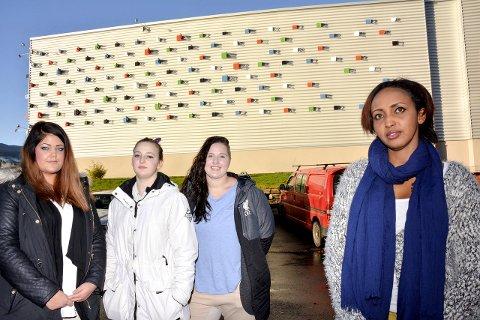 MÅ BEHOLDES: Marianne S. Odden, Veronica Jeanett Steen, Rebecca L. Kasin og tidligere elev, Khadra M. Ali, vil beholde linja på Notodden.FOTO: JARLE PEDERSEN