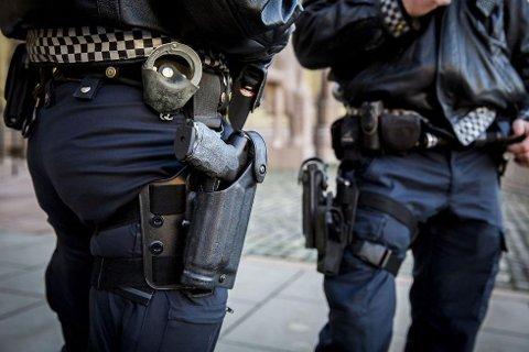 Politimenn med tjenestevåpenet Heckler & Koch P30L, politiets standard tjenestevåpen. Foto: Erlend Aas (NTB scanpix)