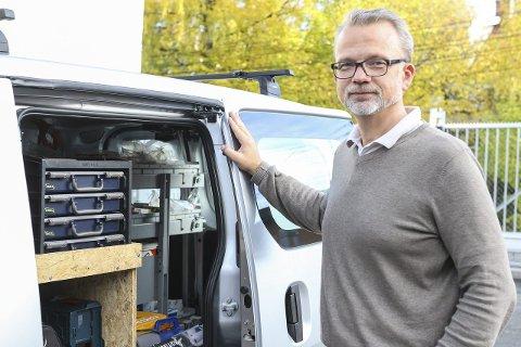 Går foran: Geir Elsebutangen, daglig leder i Kragerø Energi, ser ingen hindringer for at elbilen ikke skal kunne bli langt mer utbredt, også som nyttekjøretøy. – Mange har gammeldagse oppfatninger om elbiler, fastslår han. foto: Christine Nevervik