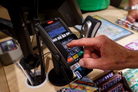 VANSKELIGERE: Det skal bli vanskeligere å misbruke bankkort. Foto: Scanpix
