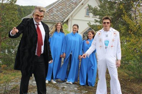 Alex blir med Frode Johnsen hjem på gamle trakter. Der synger de Elvis - med kor. Ved kirken på Skotfoss.