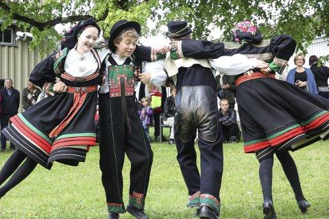 Sving: Danserne fra dansegruppa til Norsk Folkemuseum, var stilig antrukket i Setesdalsbunader, og imponerte med flotte danseferdigheter.foto: Christine Nevervik