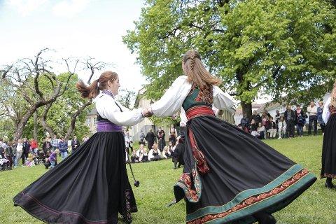 Dans: Det var mange flotte bunader som ble svingt i dansen under søndagens bunadsdag i Brekkeparken.