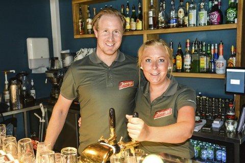 Ølfestivalen: Daniel Christensen og Charlotte Moland ved Jimmys ser seg fornøyd med årets øllfestival, til tross for at himmelen åppnet sine sluser over Nordentorget lørdag.