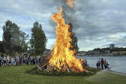 STEMNING: St.hans feiringen på Osebakken trekker hvert år mange hundre mennesker. Vellederen understreker at det blir fest for hele famiilen i år, selv om de kan bli nektet å tenne på bålet.