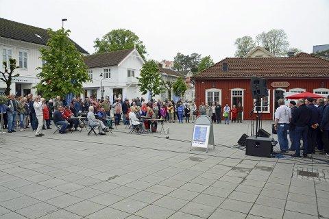 Populært: Mange hadde møtt opp i Langesund sentrum for å få med seg livet og musikken på Shantyfestivalen.