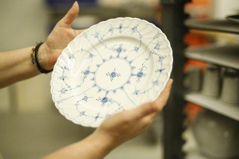 Lever videre: En ny tallerken, produsert på Porsgrund Porselænsfabrik. Her lages det ennå porselen, med tradisjonelle metoder og gamle håndverksteknikker. PP ble egentlig lagt ned, men lever videre den dag i dag. foto: Christine nevervik