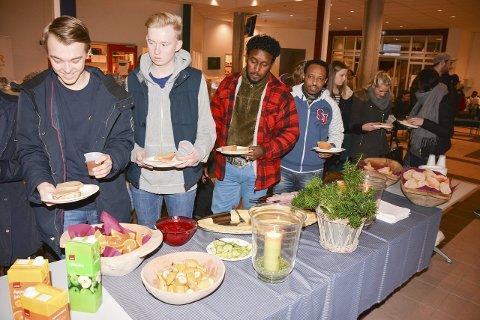 LANG KØ: Mange av de 550 elevene benyttet anledningen til å få seg frokost i går. Tre av fire skoleelever spiser ikke mat før de kommer på skolen.FOTO: JARLE PEDERSEN