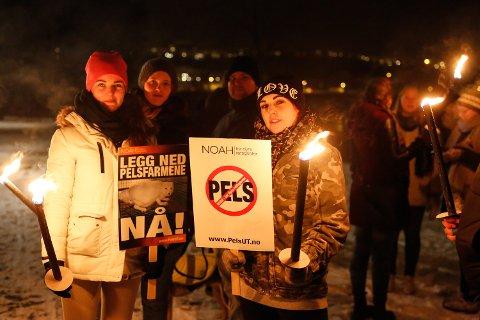 MOTSTAND: Daeva Tollnes og de andre frammøtte markerte sin motstand mot den utskjelte næringen. FOTO: CHRISTINE NEVERVIK